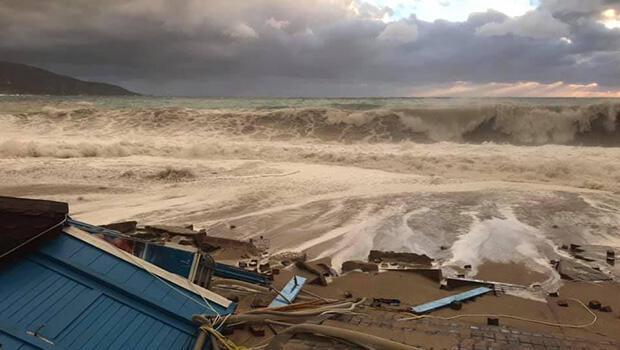 5 metrelik dalgalar sahili dövdü... Kulübeler yıkıldı