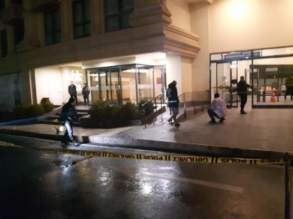 Alışveriş merkezi önünde dehşet: Beyaz otomobille gelip vurdular