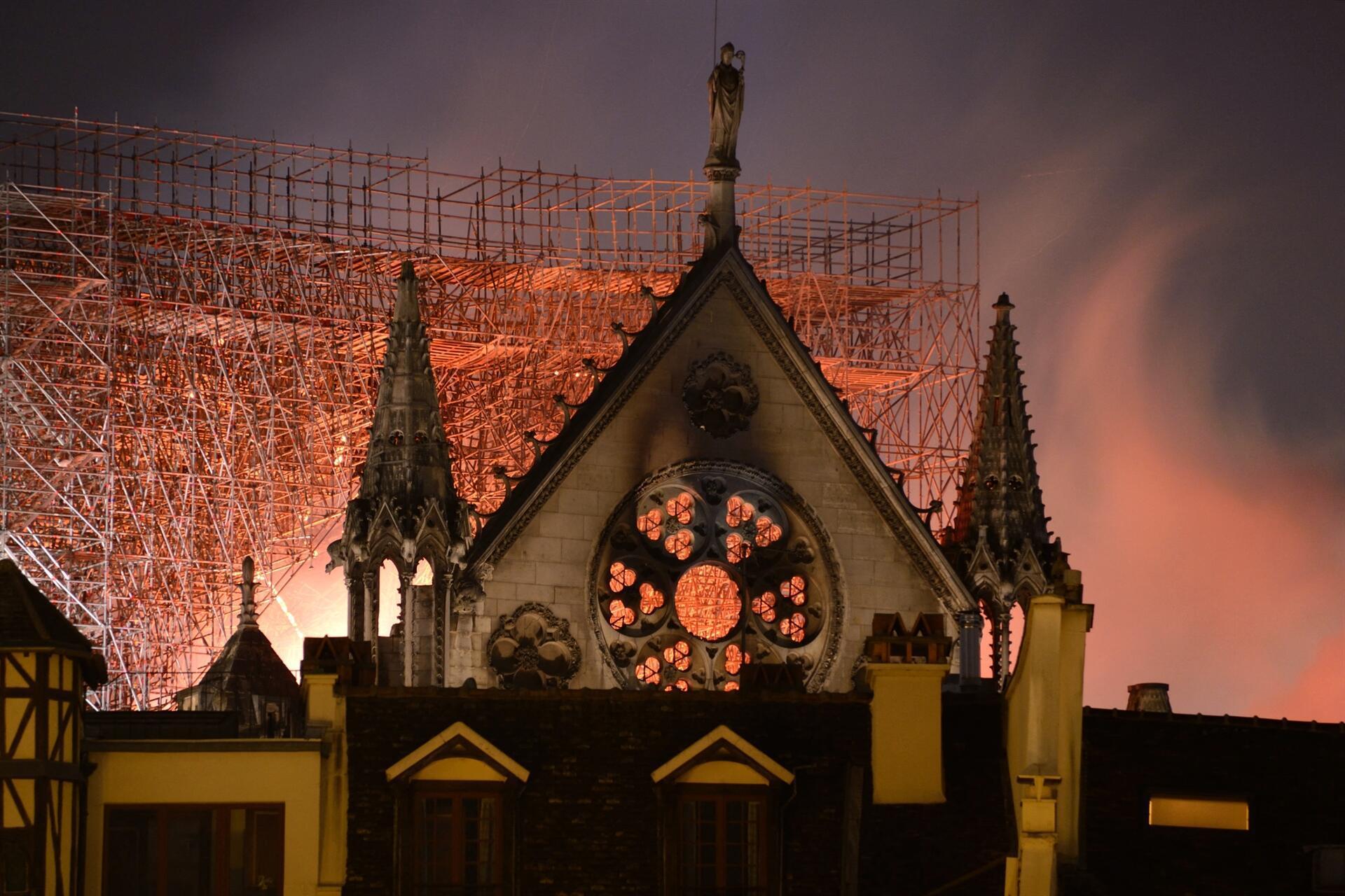 Notre Dame Katedrali'ndeki yangın 8 5 saat sonra söndürüldü