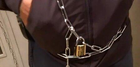 Federasyon kapısına kendini zincirledi!