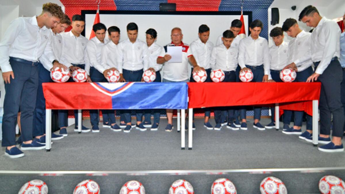 Altınordu'dan imza şov! 14 oyuncusuyla profesyonel sözleşme imzalandı