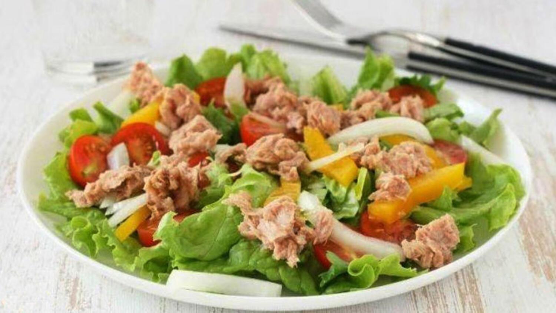 Kırmızı balıklı salatalar: tarifler
