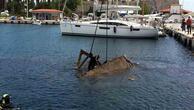 Barınakta batan kaçak teknesi denizden çıkarıldı