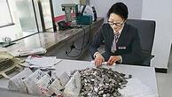 Çinli 2.5 ton ağırlığında bozuk parayla bankaya girdi