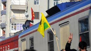Diyarbakır'daki Cizre yürüyüşünde trene PKK flaması asıldı