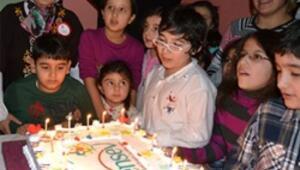 Engelli çocuklar pasta kesti