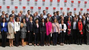 CHP İstanbul milletvekili adaylarını tanıttı, toplantı alanına giren kedi herkesi güldürdü