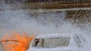 Servise kızdı, otomobilini yaktı