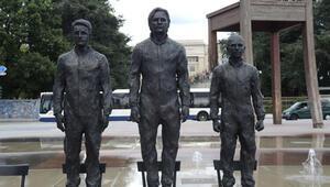 Snowden, Assange ve Manning heykelleri BM binası önünde