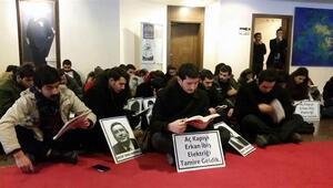 Ankara Üniversitesinde oturma eylemi: Aç kapıyı Erkan İbiş, elektriği tamire geldik