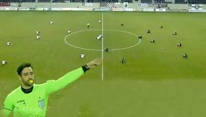 Futbol maçında mülteciler için 2 dakikalık oturma eylemi