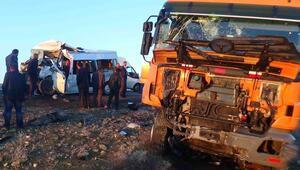 Lice'de öğrenci servisi TIR'la çarpıştı: 2'si öğrenci 5 ölü