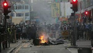 Hong Kong'da polisle işportacılar arasında çatışma