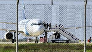 Son dakika: Mısırda yolcu uçağı kaçıran hava korsanı teslim oldu
