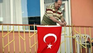 Ve balkondaki bayrak asan dayı konuştu
