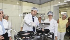 Başkan Kılıç, yemek ve pasta yapımına yardım etti