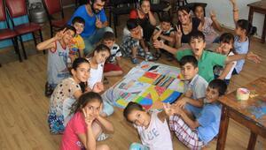 Savaştan kaçan çocuklar barışı çizdi