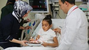 Erzurum Bölge Eğitim Ve Araştırma Hastanesinde 8 Yaşındaki Kevser Damlaya Yeniden Doğuş Pastası