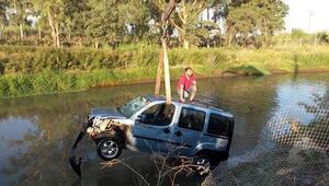 Sulama kanalına düşen araçtan son anda canını kurtardı