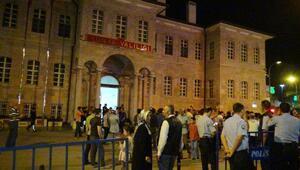 Konyada elektrikler kesildi, vatandaşlar bayraklarla sokağa çıktı
