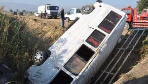 Öğrenci servis minibüsü otomobille çarpıştı: 10 yaralı