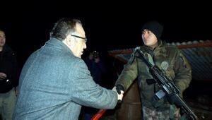 Siirt Valisi Tutulmaz, yılbaşı gecesi mevzideki asker ve polisleri ziyaret etti