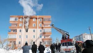 Apartmandaki yangında mahsur kalanları itfaiye kurtardı