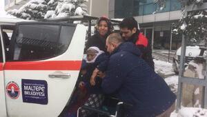 Karla kapanan sokakta oturan hastaları hastaneye ulaştırdılar