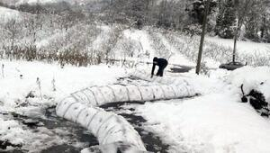 Evinin bahçesine 30 metrelik kardan yılan yaptı