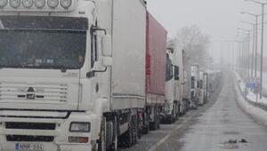 Bulgaristandaki kar Kapıkulede 8 kilometre TIR kuyruğu oluşturdu