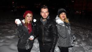 Öğrencilerin kartopu ve kızaklı kar keyfi