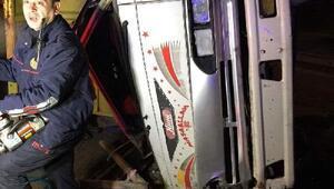 Elektrik direğine çarpan kamyonetin sürücüsü öldü
