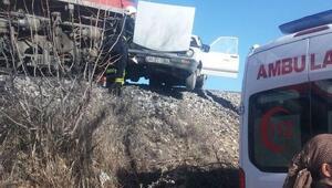 Yük treni, otomobil ile çarpıştı: 3 yaralı