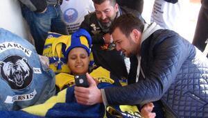 Kanser tedavisi gören genç, Fenerbahçeli futbolcularla görüntülü konuştu