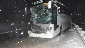 Yolcu otobüsü TIRa arkadan çarptı: 10 yaralı