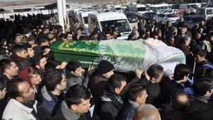 Burun ameliyatında beyin kanaması geçirerek ölen Kübra toprağa verildi