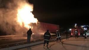 Kastamonuda seyir halindeyken alev alan TIR yandı