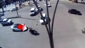 Otomobilin çarptığı motosiklettekiler havaya böyle uçtu