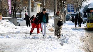 Diyarbakırda kar çilesi sürüyor