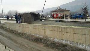 Amasya'da TIR devrildi, şoför öldü