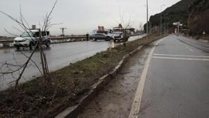 Bariyerlere çarpan otomobilde 2 kişi yaralandı