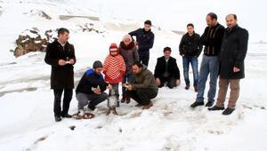 Buz tutan balık bendinde, çay içip, kayak yaptılar