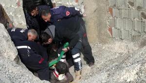 1 saat kum yığını altında kalan genç canlı kurtarıldı