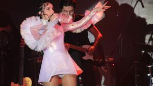 Gülşen, doğum sonrası buzlar kraliçesi kostümü ile sahnelere döndü