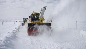 Köy yollarında hummalı kar çalışması