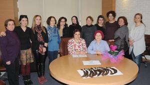 İş kadınları kansere dikkat çekmek için saçlarını kazıttı