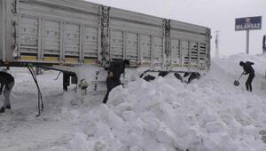Kar altında kalan kamyonu 4 kişi 3 saatte kurtardı