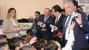 Hakkari Valisi Toprak, miniklere oyuncak dağıttı