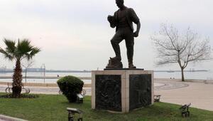 Madenci heykelinin kazması ikinci kez çalındı