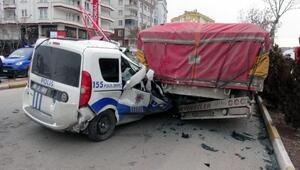 Polis aracı, TIRa çarptı: 1 yaralı